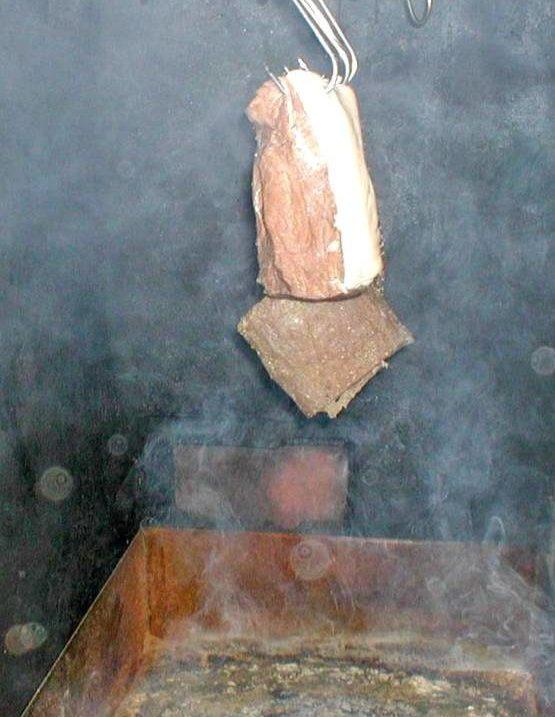 Geruchsprobe beim schinken räuchern