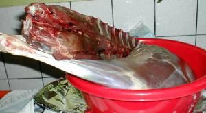 Beim Rehschinken selber machen müssen die Häute entfernt werden.