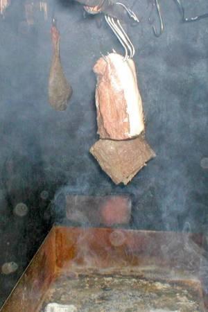 Schinken werden in der Rauchkammer geräuchert.