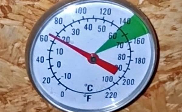Die Temperatur beim Kalträuchern wird so niedrig wie möglich gehalten.