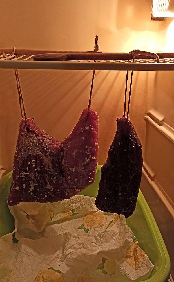 Die Fleischwaren werden im Kühlschrank gelagert.