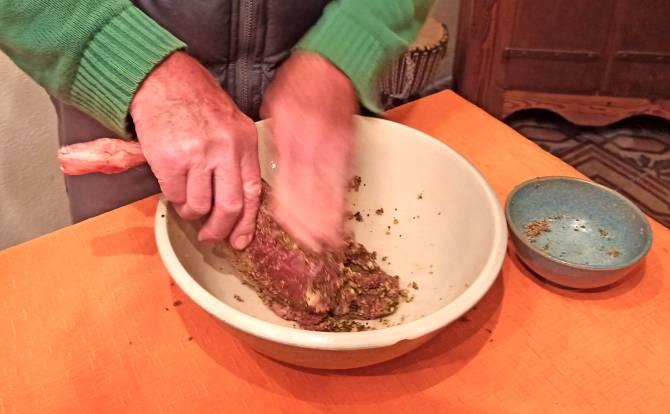 Das Würzen beim Rehschinken selber machen.